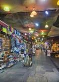 Citoyens travaillant aux rues du bazar du centre de Bodrum Mugla Images stock