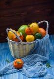 Citrinas em uma cesta de vime Imagem de Stock