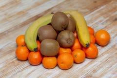 Citrino e fruto em uma tabela de madeira imagem de stock