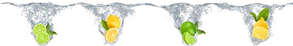 Citrinos que caem na água Fotografia de Stock Royalty Free