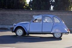 Citroen bleu-clair classique monte la route Le conducteur est un homme Vue de côté Photo libre de droits