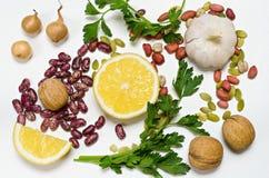 Citroen, bonen, noten en de groepen van de kruidenleugen op een witte achtergrond Royalty-vrije Stock Foto