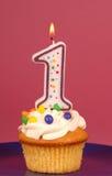 Citroen cupcake met buttercream en a # 1 kaars Stock Fotografie