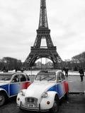 Citroen 2CV debajo de la torre Eiffel en París, Francia Imágenes de archivo libres de regalías