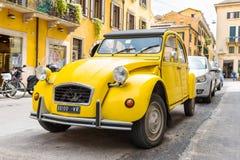 Citroen 2CV parkujący na ulicie Verona Fotografia Royalty Free