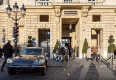 Citroen DS21 s'est garé devant l'hôtel de Crillon - Paris, France images libres de droits