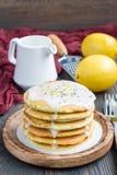 Citroen en chia de zaadpannekoeken met citrusvrucht verglazen, verticaal, exemplaarruimte Stock Foto's