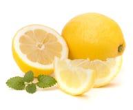 Citroen en citron muntblad dat op witte achtergrond wordt geïsoleerd Royalty-vrije Stock Afbeeldingen