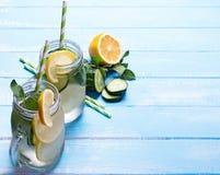 Citroen en cucucmber detox water in glaskruiken royalty-vrije stock afbeelding