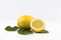 Citroen en de helft van een citroen Royalty-vrije Stock Afbeelding
