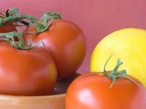 Citroen en een paar tomaat. Royalty-vrije Stock Foto