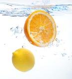 Citroen en sinaasappel in het water Stock Foto