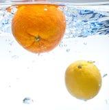 Citroen en sinaasappel in het water Royalty-vrije Stock Foto