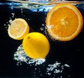 Citroen en sinaasappel in het water Royalty-vrije Stock Afbeeldingen