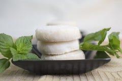 Citroen en Vanillezandkoekkoekjes op Zwarte Ceramisch worden geplateerd die en stock foto's