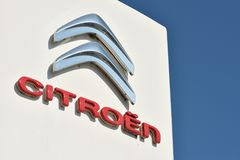 Citroen-Firmenzeichen auf einem Gebäude Stockfotos