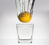 Citroen in glas met water Stock Afbeelding
