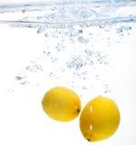 Citroen in het water Stock Afbeelding