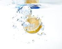 Citroen in het water Royalty-vrije Stock Foto's