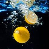 Citroen in het water Stock Fotografie