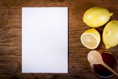Citroen, honing en document op een houten lijst Royalty-vrije Stock Afbeelding