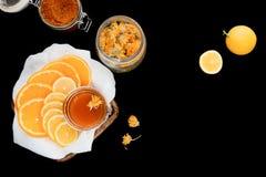 Citroen, honing en kruiden op zwarte Stock Foto