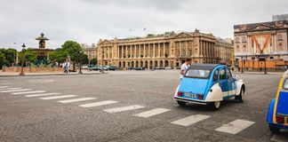 Citroen iconico 2CV per affitto a Place du Trocadéro Immagine Stock Libera da Diritti