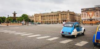 Citroen iconique 2CV pour le loyer chez Place du Trocadéro Image libre de droits