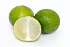 Citroen of kalkfruit met halve dwarsdoorsnede en gedeeltelijke sectie Royalty-vrije Stock Foto's