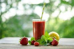 Citroen, muntbladeren, aardbeien en aardbeicocktail smoothie Stock Afbeeldingen