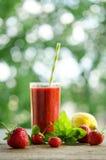 Citroen, muntbladeren, aardbeien en aardbeicocktail smoothie Royalty-vrije Stock Foto's