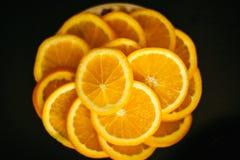 Citroen of oranje plakken op zwarte achtergrond Stock Fotografie