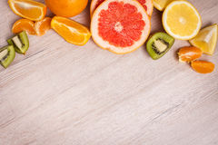 Citroen, sinaasappel, kiwi, grapefruit, mandarin op een houten oppervlakte regeling van gesneden fruit Hoogste mening met exempla Stock Afbeeldingen