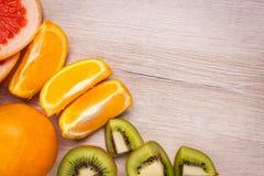 Citroen, sinaasappel, kiwi, grapefruit, mandarin op een houten oppervlakte regeling van gesneden fruit Hoogste mening met exempla Royalty-vrije Stock Foto