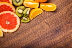 Citroen, sinaasappel, kiwi, grapefruit, mandarin op een houten oppervlakte regeling van gesneden fruit Hoogste mening met exempla Royalty-vrije Stock Afbeeldingen
