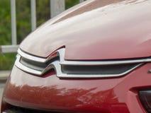 Citroen-Symbol auf der Front eines roten Autos stockfotos
