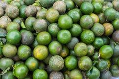 Citroen, tropisch die fruit bij Lange het fruitmarkt van Vinh wordt getoond, Mekong delta De meerderheid van de vruchten van Viet stock foto's