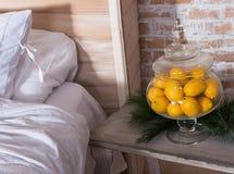 Citroen in vaas in slaapkamer decor met citroen Royalty-vrije Stock Foto's