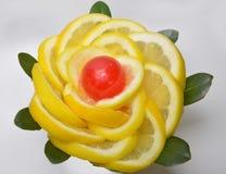 Citroen van plak de gele plakken en rood suikergoed in het centrum royalty-vrije stock foto's