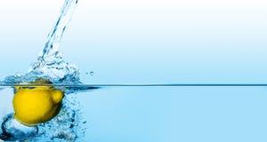 Citroen in Water Royalty-vrije Stock Afbeeldingen
