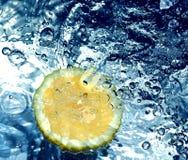 Citroen in water Royalty-vrije Stock Afbeelding