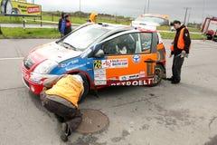 Citroen WRC contrôlé par des referies de rassemblement Photographie stock libre de droits
