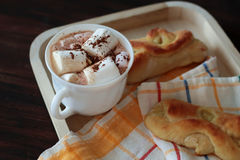 Citroenbroodjes op servet en cacao Royalty-vrije Stock Fotografie