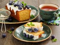 Citroencake met bosbes stock afbeeldingen