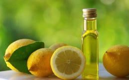 Citroenen en olijfolie. Stock Afbeelding