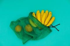 Citroenen en sinaasappelen in het groene netto winkelen royalty-vrije stock afbeelding