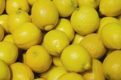 Citroenen of gele die kalk voor detailhandel worden gestapeld royalty-vrije stock foto