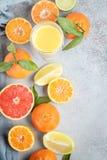Citroenen, sinaasappelen en kalk Mandarin, grapefruit, kalk, mandarijn, citroen en Royalty-vrije Stock Foto