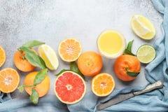 Citroenen, sinaasappelen en kalk Mandarin, grapefruit, kalk, mandarijn, citroen en Stock Foto's