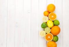Citroenen, sinaasappelen en kalk Sinaasappelen, kalk en citroenen stock afbeeldingen
